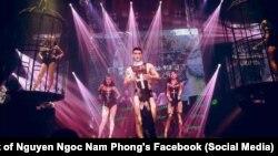 Các người mẫu mặc trang phục gợi cảm có hình Thánh giá tại quán bar Fame, Hà Nội, hôm 8/10/2017