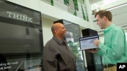 IBM云端技术中心的两位管理人员在讨论如何保护客户信息。(资料照)