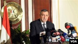 Essam Sharaf, Perdana Menteri yang ditunjuk oleh militer Mesir, menunda pengumuman kabinet baru.