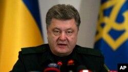 ປະທານາທິບໍດີຢູເຄຣນ ທ່ານ Petro Poroshenko ອອກຄຳສັ່ງ ໃຫ້ເລີ້ມຕົ້ນປະຕິບັດການຢຸດຍິງ ໃນທາງພາກຕາເວັນອອກ ໃນລະຫວ່າງ ກອງປະຊຸມບັນດາເຈົ້າໜ້າທີ່ປ້ອງກັນປະເທດ ໃນນະຄອນຫລວງ Kiev, ວັນທີ 15 ກຸມພາ 2015.