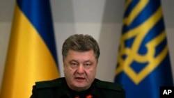 우크라이나의 포로쉔코 대통령이 14일 자정을 기해 발효된 휴전을 준수하라고 정부군에 지시하고 있다.