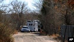 Полиция и скорая помощь возле дома, где произошла трагедия. Альбукерке, Нью-Мексико. 20 января 2013 года