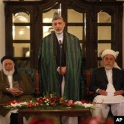صدر حامد کرزئی افغان امن کونسل کے سربراہ کے ہمراہ (فائل فوٹو)