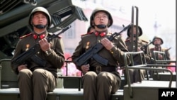 Солдаты КНДР во время торжетсвпо случаю столетия со дня рождения Ким Ир Сена