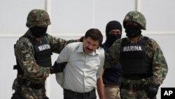 """Joaquin """"El Chapo"""" Guzman dikawal ke helikopter oleh marinir angkatan laut Meksiko di Mexico City (22/2). (AP/Eduardo Verdugo)"""