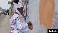 Grafiteira e artista plástica Sarhai Costa a trabalhar em Luanda