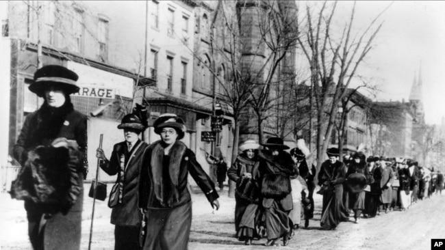 خواتین 1913 میں ووٹنگ رائٹس کے لیے مارچ کررہی ہیں۔ فائل فوٹو