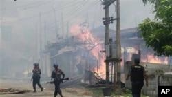버마 불교도와 소수계인 무슬림 교도들의 유혈 분쟁으로 인해 불에 타는 가옥들.