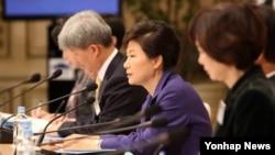박근혜 한국 대통령이 2일 청와대 영빈관에서 열린 제3차 통일준비위원회의를 주재하며 발언하고 있다.