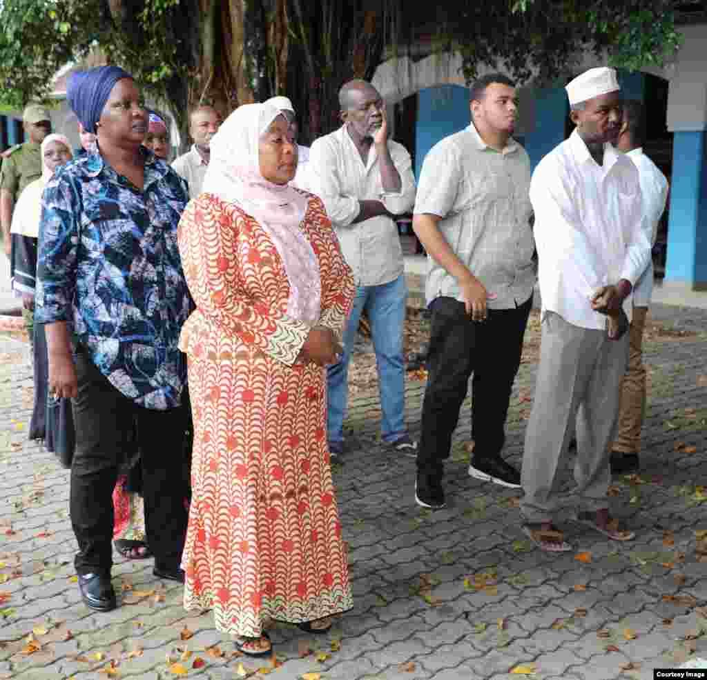 Makamu wa Rais wa Jamhuri ya Muungano wa Tanzania Samia Suluhu Hassan, akiwa katika foleni ya kupiga kura.