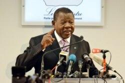 Lambert Mende joint par Idriss Fall