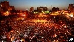 호스니 무바라크 이집트 전 대통령과 그의 가족·측근의 처벌 수위에 분노해 타흐리르 광장에 집결해 시위를 벌이는 시민들
