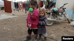 Deux petites filles déplacées par la guerre en Syrie, dans un camp à Qatmah à l'ouest d'Azaz, le 17 février 2020.