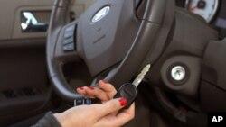 Alat yang dikembangkan akan mendeteksi secara otomatis jika pengemudi baru saja minum minuman beralkohol (foto: dok).