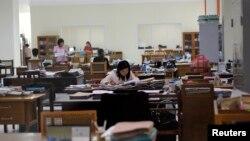 Nhân viên làm việc tại trụ sở chính của Ngân hàng Trung ương ở Naypyitaw, Myanmar.