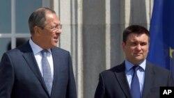 세르게이 라브로프 러시아 외무장관(왼쪽)과 파블로 클림킨 우크라이나 외무장관.