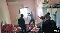 Para pemberontak Libya berlindung di sebuah rumah di kota Misrata, sementara dikepung oleh pendukung Gaddafi (22/4).