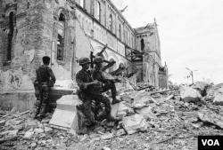 Ngôi nhà thờ đổ nát qua Mùa Hè Đỏ Lửa 1972, sau đó quân lực VNCH tái chiếm Cổ thành Quảng Trị và khu Nhà thờ La Vang. [tư liệu LM Nguyên Thanh]