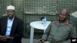 Rais wa Uganda Yoweri Museveni(R), akiwa na Rais wa Somalia Sheikh Sharif Ahmed(L)