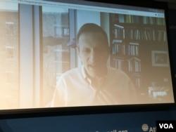 哈佛大學定量社會科學研究所主任加里·金通過Skype參與座談 (美國之音鍾辰芳拍攝)