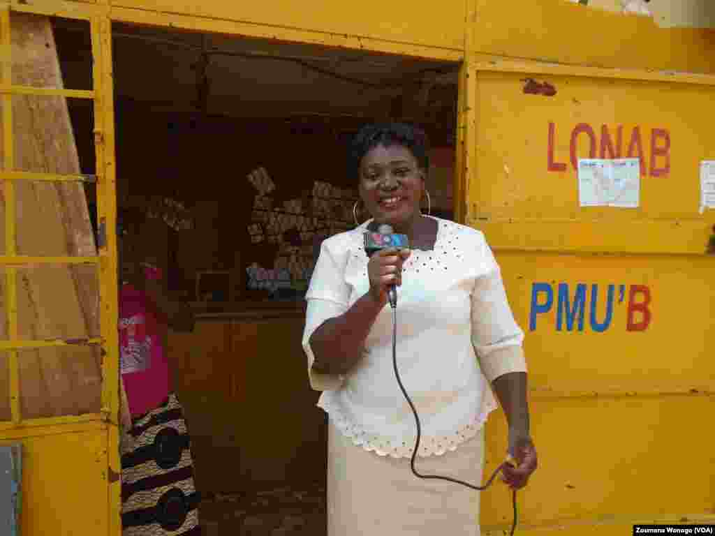 Djénéba Ouédraogo, vendeuse dans un kiosque des tickets de PMU, à Ouagadougou, Burkina, 4 août 2016. (VOA/ Zoumana Wonogo)