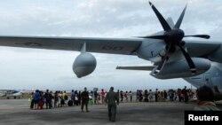 Жители пострадавшего от тайфуна города Таклобан на Филиппинах готовятся эвакуироваться на самолете в Манилу. 11 ноября 2013 г.