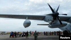 Các máy bay C130 của quân đội Mỹ chở đầy vật phẩm cứu trợ và binh sĩ thủy quân lục chiến, bắt đầu đến Tacloban, thủ phủ bị tàn phá Leyte, hôm nay.