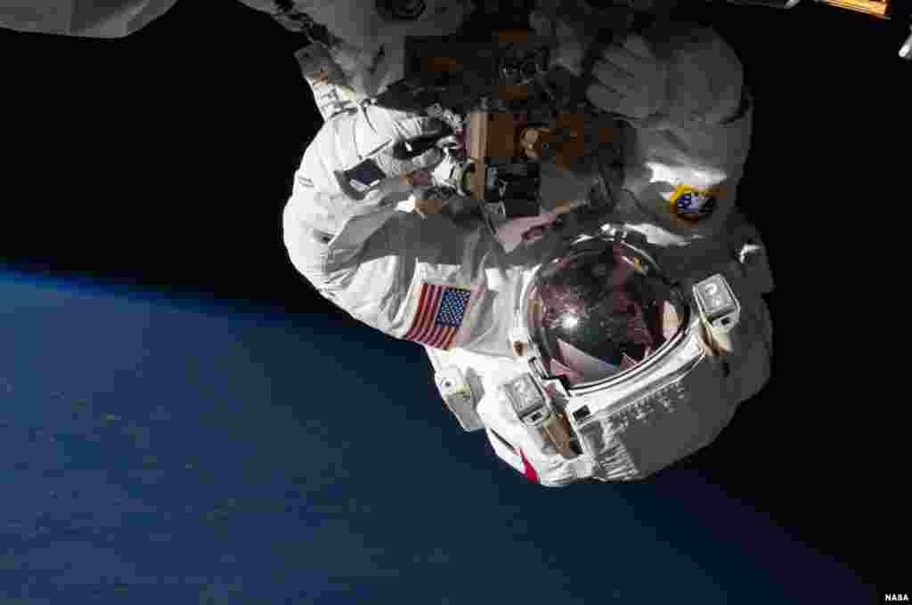 Nhà phi hành Chris Cassidy bước ra ngoài không gian ngày 11 tháng 5 để kiểm tra và thay thế hộp kiểm soát máy bơm của Trạm Không Gian Quốc Tế bị rò rỉ chất amoniac làm nguội máy móc.