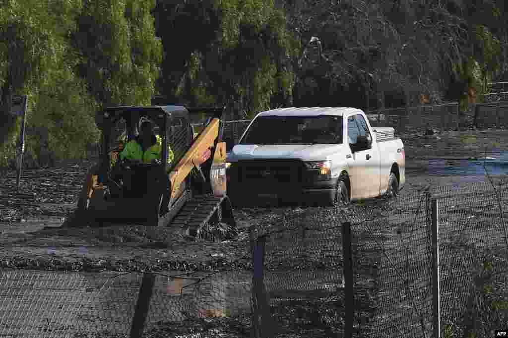 Un véhicule est retiré d'une route le long de la route 101, après qu'une inondation massive à Montecito, en Californie, le 10 janvier 2018.