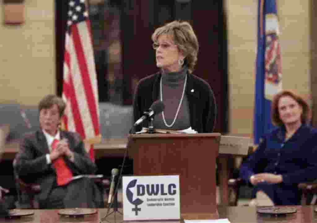 La actriz Jane Fonda se dirige a la Coalición Democrática de Mujeres y al Caucus de Agricultoras democráticas Campesinas de Minnesota.