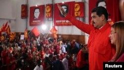 Nicolas Maduro saluda a su llegada a la convención del Partido Comunista Venezolano, junto a su esposa Cilia Flores, el 26 de febrero.