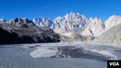 La policía de Pakistán dice que arrestó a Faulkner en la región de Chitral, cerca de la frontera afgana.