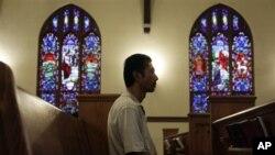 Harry Pangemanan duduk di dalam Gereja Reformasi Highland Park di New Jersey. Harry adalah salah satu dari lebih dari 70 WNI di New Jersey yang mendapat perintah deportasi. (Foto: Dok)