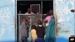 Mkazi wa Sudan Kusini katika duka la bidhaa la Nuba. Watu wengi wamejitokeza kupiga kura inayotarajiwa kufikia asilimia 60 inayohitajika kuhalalisha upigaji kura, 11 Jan 2011