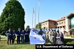 지평리 전투 기념 동상 앞에서 미군과 한국군, 지역 관계자들이 제막식을 가진 뒤 기념 사진을 찍고 있다. 사진 제공 = 미 2사단.