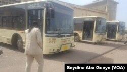 Sophie Diouck avance pour monter dans un bus de la société Dakar Dem Dikk, à Dakar, Sénégal, 25 février 2017. (VOA/ Seydina Aba Gueye)