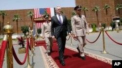 El ministro de Defensa egipcio, Sedki Sobhy (derecha) dio la bienvenida oficial al secretario de Defensa de EE.UU., Jim Mattis, a El Cairo, Egipto, el jueves, 20 de abril de 2017.