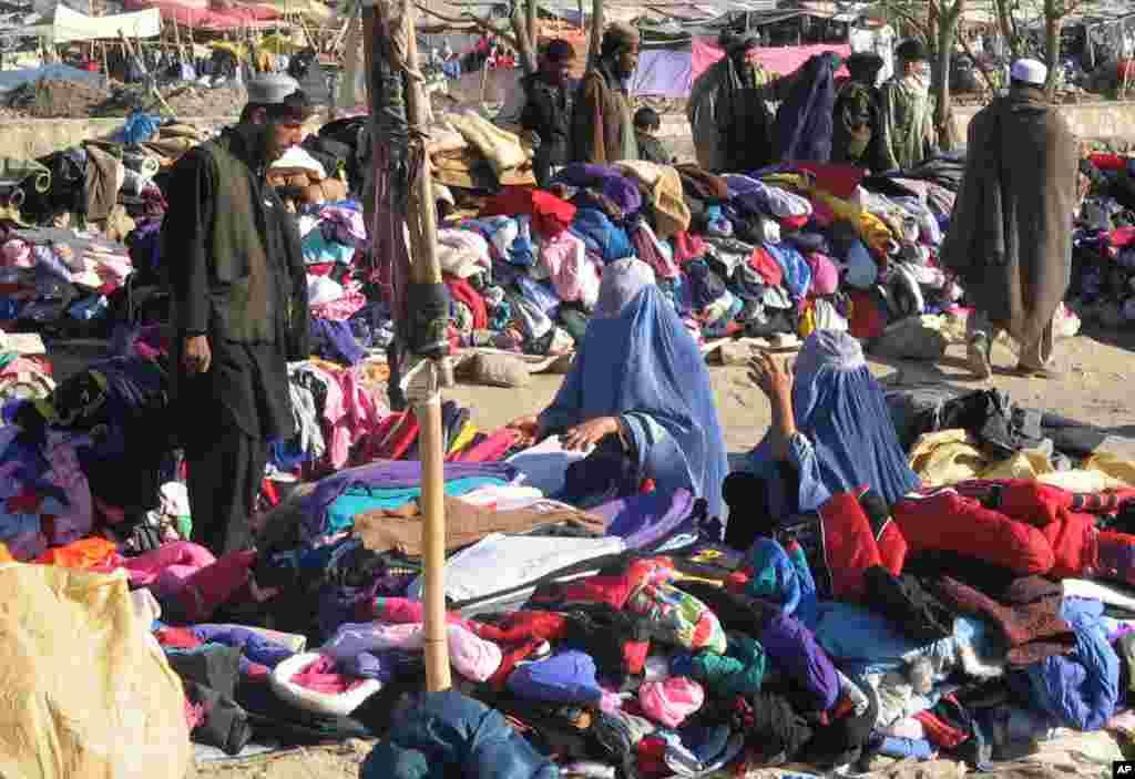 زنان افغان سرگرم خریداری در یک بازار لیلامی در شهر غزنی