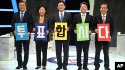 한국 대통령 선거에 출마한 문재인, 심상정, 유승민, 안철수, 홍준표 후보가(왼쪽부터) 지난달 28일 TV 토론회에 앞서 '투표합시다' 문구가 쓰인 카드를 들고 있다.