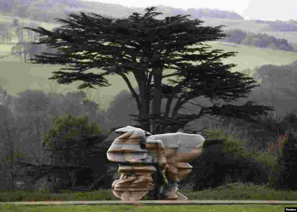 """مجسمه طراحی شده توسط """"Tony Cragg""""، مجسمه ساز بریتانیایی، در """"پارک پیکره یورکشر"""" در انگلیس."""
