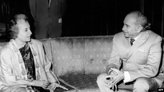 ذوالفقار علی بھٹو سابق بھارتی وزیرِ اعظم اندرا گاندھی کے ساتھ (فائل فوٹو)