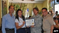 Bạn Mary Nguyễn (thứ 2 từ trái sang) ở Westminster, CA là 1 trong những bạn nhận được Học bổng vinh danh anh hùng tử sĩ của Hội Quân nhân Mỹ gốc Việt năm 2010