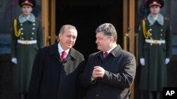 Cumhurbaşkanı Erdoğan Kiev'de Ukrayna Cumhurbaşkanı Poroşenko tarafından karşılanırken