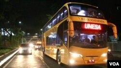 Bus tingkat juga melayani angkutan massal dengan menggunakan sampah plastik sebagai alat pembayaran (Petrus/VOA).