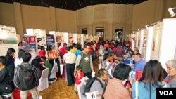 Calon mahasiswa mengunjungi pameran pendidikan universitas-universitas AS di Gedung Sampoerna, Jakarta, Minggu (4/4).