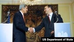 AQSh davlat kotibi Jon Kerri (chapda) va Polsha tashqi ishlar vaziri Radoslav Sikorski matbuot anjumanidan so'ng, Varshava, 5-noyabr, 2013-yil