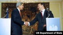 Le Secrétaire d'Etat américain John Kerry serrant la main du Premier ministre polonais Radoslaw Sikorski à l'issue d'une conférence de presse, à Varsovie, Pologne, 5 novembre, 2013.