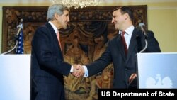 Menlu AS John Kerry (kiri) berjabat tangan dengan Menlu Polandia, Radoslaw Sikorski setelah konferensi pers bersama di Warsawa, Selasa (5/11).