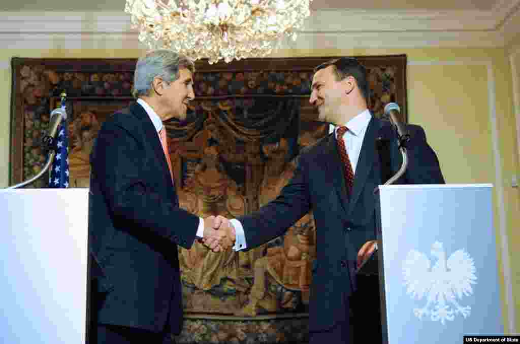 U.S. Secretary of State John Kerry shakes hands with Polish Foreign Minister Radoslaw Sikorski after they addressed reporters during a news conference that followed their meeting at Foksal Palace in Warsaw, Poland, on November 5, 2013.