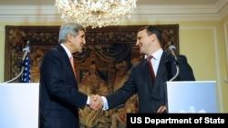 Ngoại trưởng Mỹ John Kerry và Ngoại trưởng Ba Lan Radoslaw Sikorski bắt tay sau cuộc họp báo tại ở Warsaw, ngày 5/11/2013.